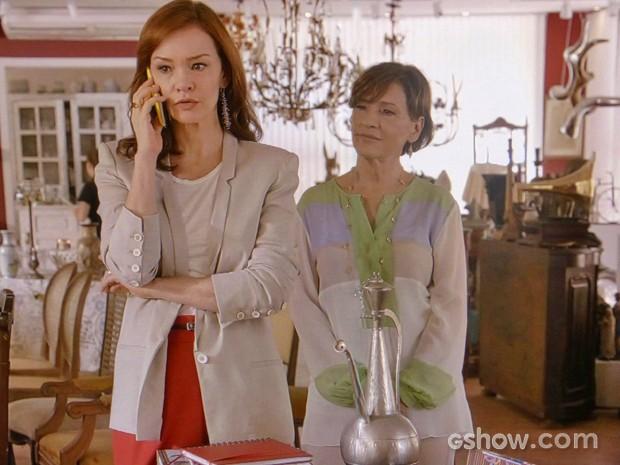 Helena fica com ciúmes quando Ana atende o celular de Virgílio (Foto: Em Família/ TV Globo)