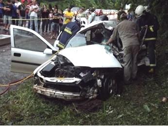 Na batida contra o caminhão, carro em que jovens estavam ficou destruído (Foto: Solange Maciel)