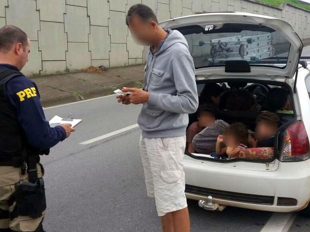 Motorista foi autuado pelo excesso de passageiros e teve veículo apreendido (Foto: PRF/Divulgação)
