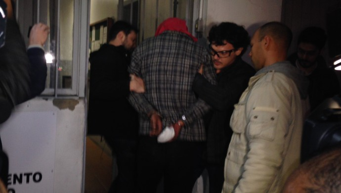 Suspeito de ter colocado fogo na casa de Patrícia Moreira chega à delegacia (Foto: Paula Menezes/GloboEsporte.com)