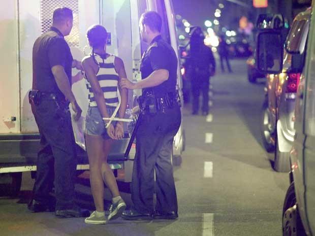 A polícia de Los Angeles prende uma mulher após protesto no Bairro Leimert Park, Los Angeles. (Foto: Jason Redmond / Reuters)
