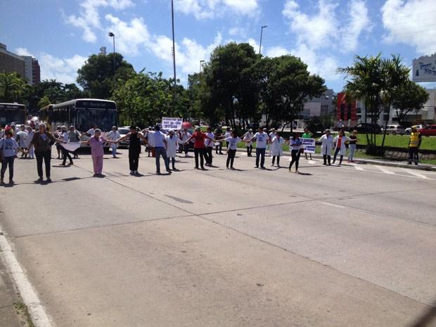 Enfermeiros e técnicos fecham Avenida Agamenon Magalhães, no Recife, em protesto. (Foto: Kety Marinho / TV Globo)