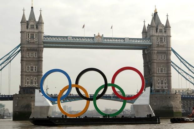 Anéis olímpicos no Rio Tâmisa, na Inglaterra (Foto: Getty Images)