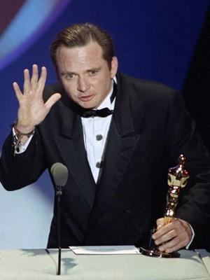 Michael Blake ao receber o Oscar dde melhor roteiro por 'Dança com lobos', em 1991 (Foto: AP Photo/Reed Saxon, File)