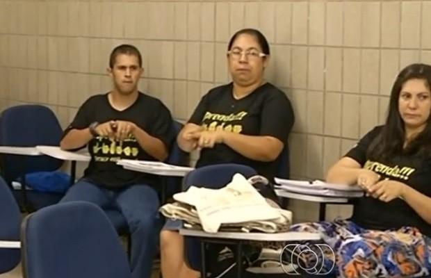 Israel durante as aulas de Libras, em Luziânia, Goiás (Foto: Reprodução/TV Anhanguera)