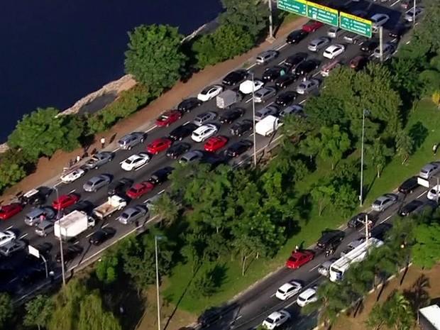 Trânsito na Marginal Tietê na manhã desta sexta-feira (15) após protesto fechar a via (Foto: TV Globo/Reprodução)