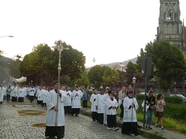 Cerca de cinco mil fiéis seguiram em procissão segundo a organização  (Foto: Bruno Rodrigues/G1)