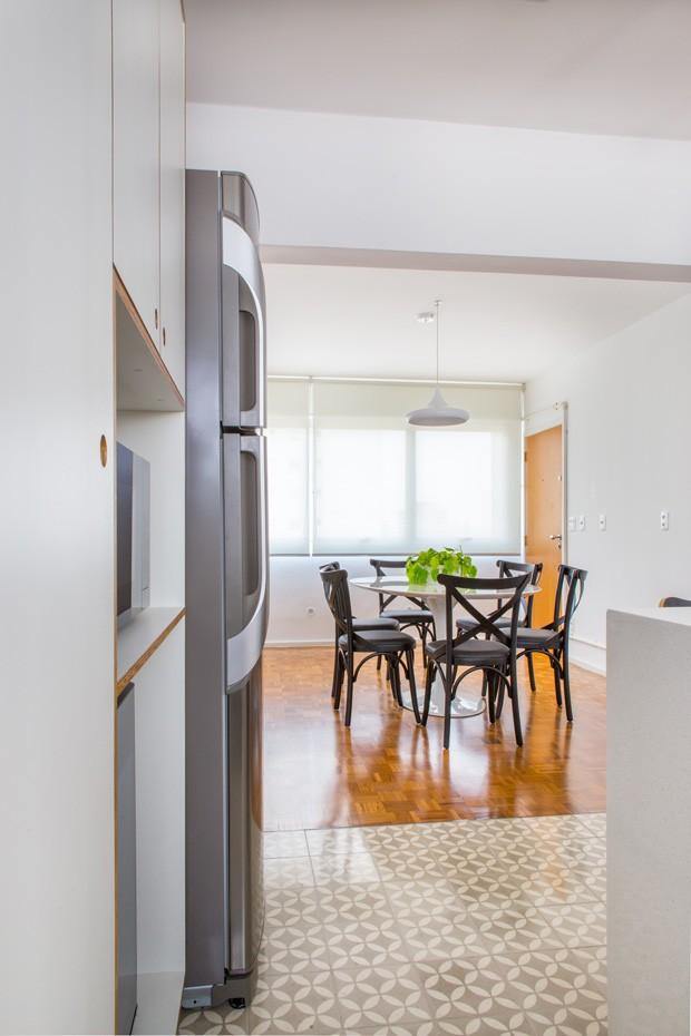Cozinha foi totalmente integrada com a sala, sem paredes. O piso de madeira imbuia é original da década de 70 e foi restaurado para ser usado nas áreas sociais e íntimas (Foto: Estúdio Pulpo)