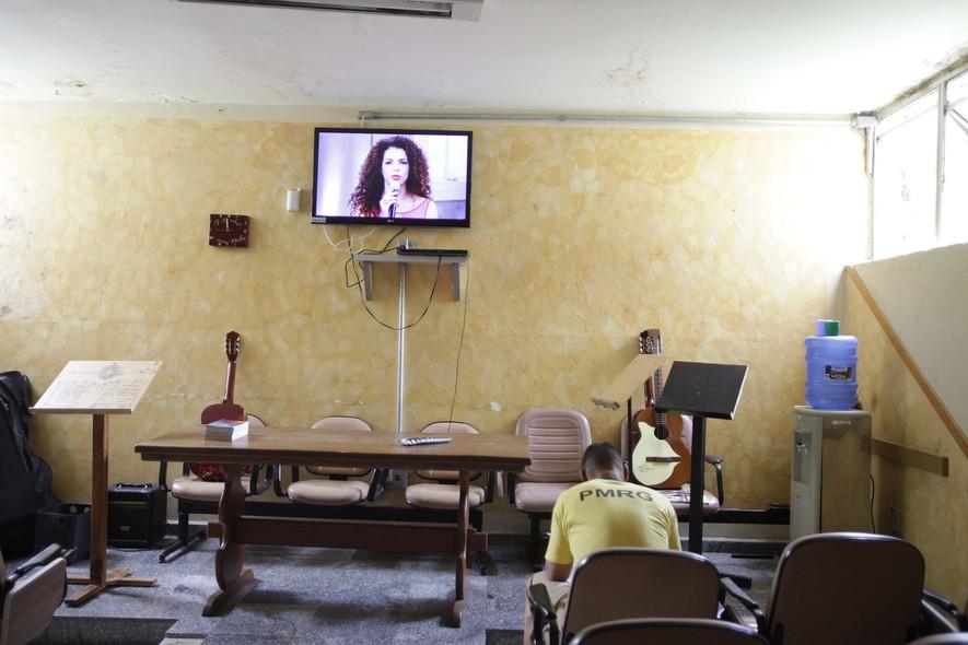 Numa sala ampla com cadeiras estofadas, são celebrados os cultos evangélicos e as missas católicas. Duas vezes por semana, há sessões de cinema