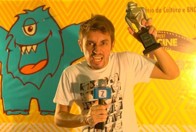 Moacyr Massulo brinca com troféu 'Mapinguari', do FestCine Amazônia (Foto: Arquivo Pessoal)