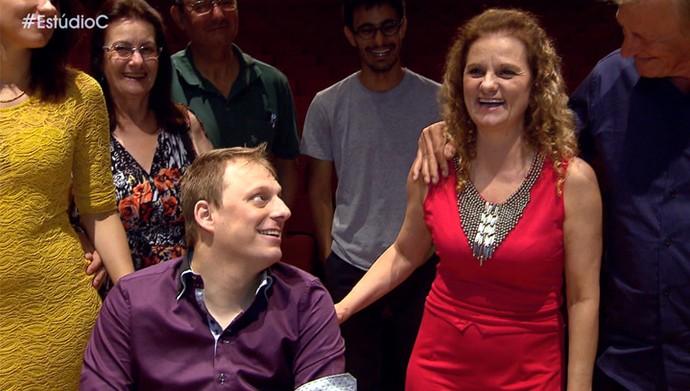 O humorista Fagner Zadra preparou uma surpresa para a mamãe Roseli junto com o Estúdio C (Foto: Reprodução/RPC)