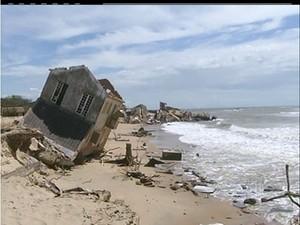 Avanço do mar acontece de forma rápida e já destruiu muitas construções no Açu e Atafona (Foto: Divulgação/InterTV)