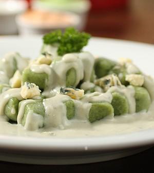 Gnocchi de espinafre com molho cremoso de gorgonzola (Foto: Daniel Cancini/ Editora Globo)
