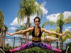 Bella Falconi mostra elasticidade e exibe abdômen sarado: 'Bom dia'