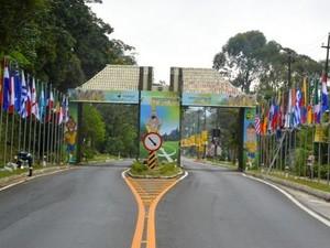 Bandeiras de todos os países participantes da Copa do Mundo foram instaladas no pórtico da cidade (Foto: Jeferson Hermida e Davi Almada)