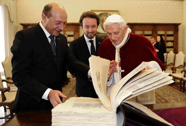 O Papa Bento XVI troca presentes com o presidente romeno, Traian Basescu, nesta sexta-feira (15) no Vaticano (Foto: AFP)