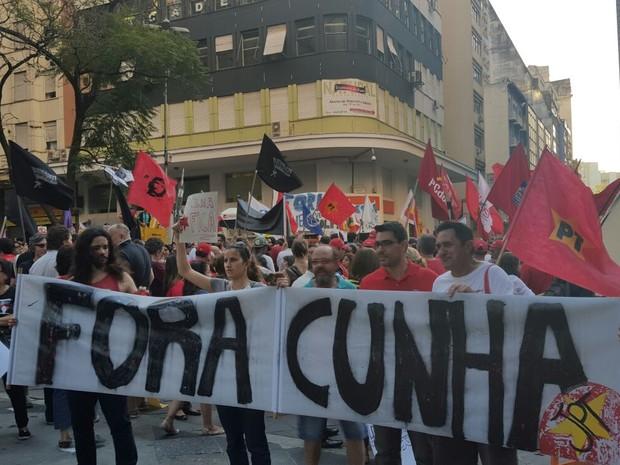 Além de serem contrários ao impeachment, manifestantes pedem saída do presidente da Câmara (Foto: Joyce Heurich/G1)