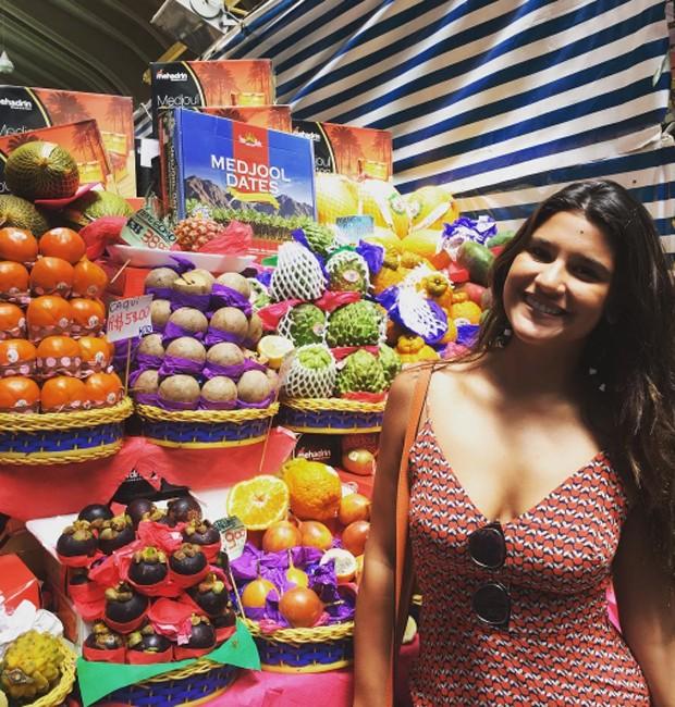Giulia Costa se encanta com a variedade de frutas no Mercadão de SP (Foto: Reprodução/Instagram)