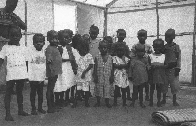 Michaela (à esquerda) com as outras crianças do orfanato em Serra Leoa (Foto: Divulgação)