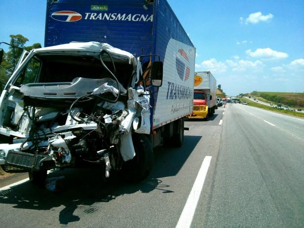 Veículos ficaram danificados com a sequência de batidas (Foto: Cláudio Nascimento / TV TEM)