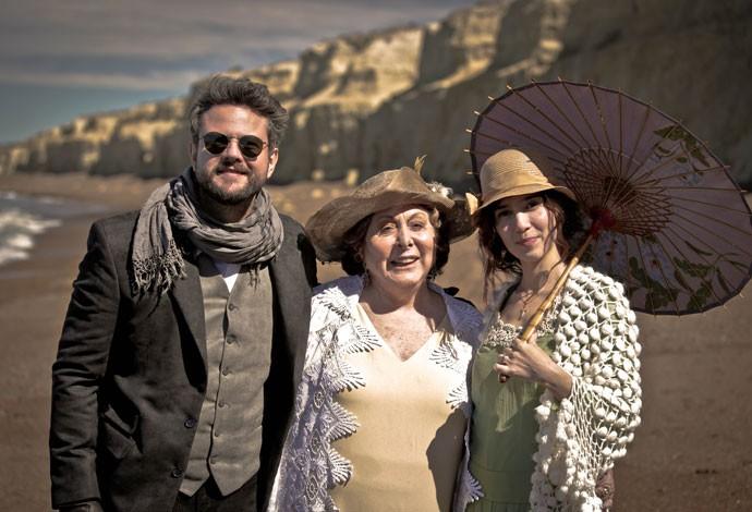 Selton e Marjorie posam ao lado de Aracy Balabanian nos bastidores das gravações (Foto: Gabriel Nascimento/Gshow)