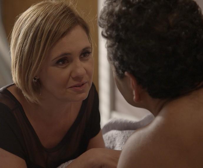 Inês pergunta a Aderbal se ele a está traindo (Foto: TV Globo)