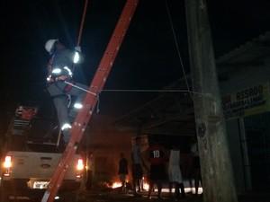 Equipe da empresa de energia diz que cumpre plantão desde às 6h da manhã às 20h ainda enfrentava protestos (Foto: Toni Francis/G1)