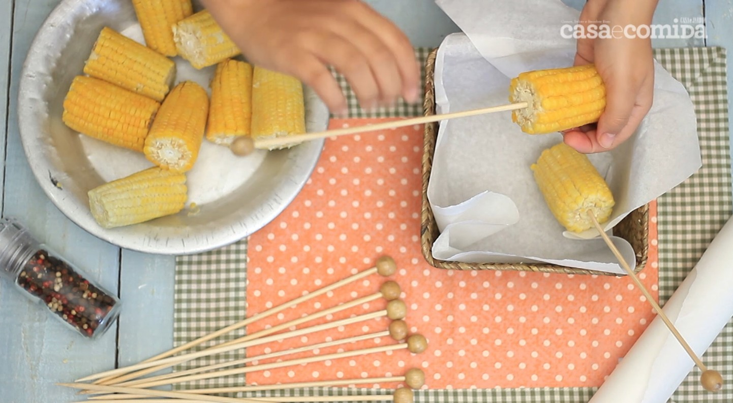 Drops #12: Como fazer milho no micro-ondas + dica para servir (Foto:  )