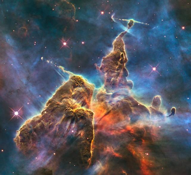 25 anos do Telescópio Espacial Hubble: Um pilar de gás e poeira espacial que se espalha por três anos luz de distância na Constelação de Carina
