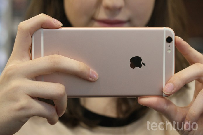 Tirando foto com iPhone 6S Plus rosa (Foto: Lucas Mendes/TechTudo)