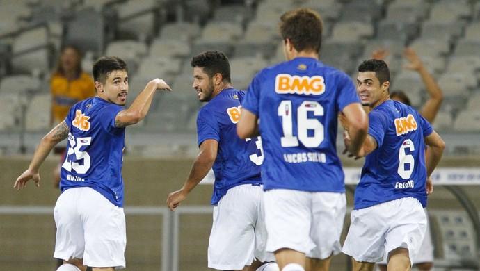 Willian comemora gol do Cruzeiro contra o Santos (Foto: Gualter Naves/Light Press)