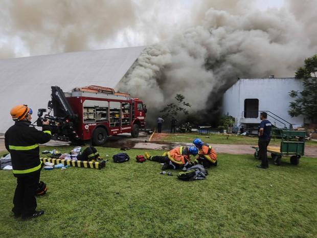 Bombeiros trabalham no local do incêndio (Foto: Vanessa Carvalho/Brazil Photo Press/Estadão Conteúdo)