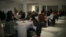 Grupo tem 'jantar às cegas' para simular vivência  (Reprodução/TV TEM)