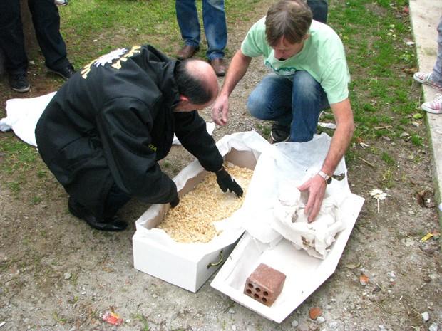 Ao abrir o caixão, polícia encontrou apenas um tijolo e um lençol  (Foto: (Foto: Marcel Agostini/Jornal O Garibaldense))