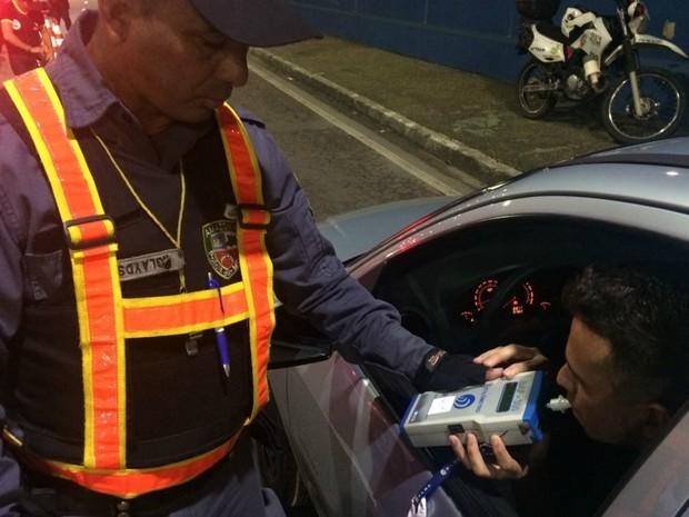Blitz da Lei Seca ocorre nas principais de Manaus neste sábado (25) (Foto: Rickardo Marques/G1 AM)