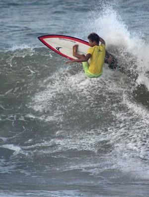 Deyvison Santos surfe