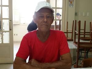 Joaquim Zifirino, de 72 anos, conseguiu sair de Bento Rodrigues a tempo (Foto: Thais Pimentel/G1)