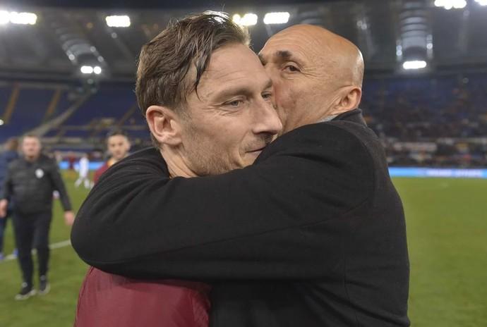 Totti é abraçado por Luciano Spaletti após vitória do Roma (Foto: Reprodução de Twitter do Roma)