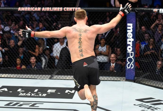 Stipe Miocic comemora a vitória contra Junior Cigano, no UFC 211, em Dallas (Foto: Getty Images)
