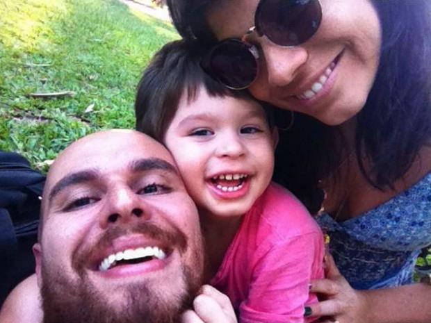 Diogo, João e Laura: família busca ajuda para seguir tratamento do menino (Foto: Laura Patron/Arquivo pessoal)