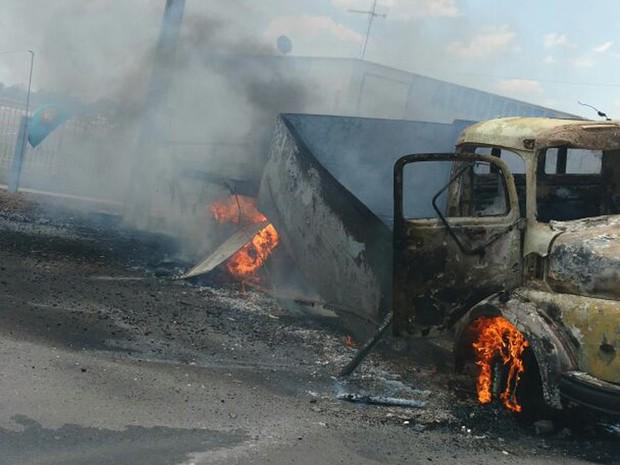 Bandidos queimaram caminhões durante assalto (Foto: Divulgação/PM)