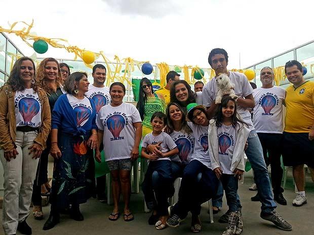 Integrantes da 'família hexa' se reúnem em cobertura de prédio em Águas Claras, no Distrito Federal, para torcer pela Seleção; 14 pessoas da família têm seis dedos nas mãos e nos pés (Foto: Raquel Morais/G1)
