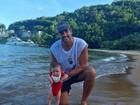 Leo Chaves mostra filho caçula na praia pela primeira vez