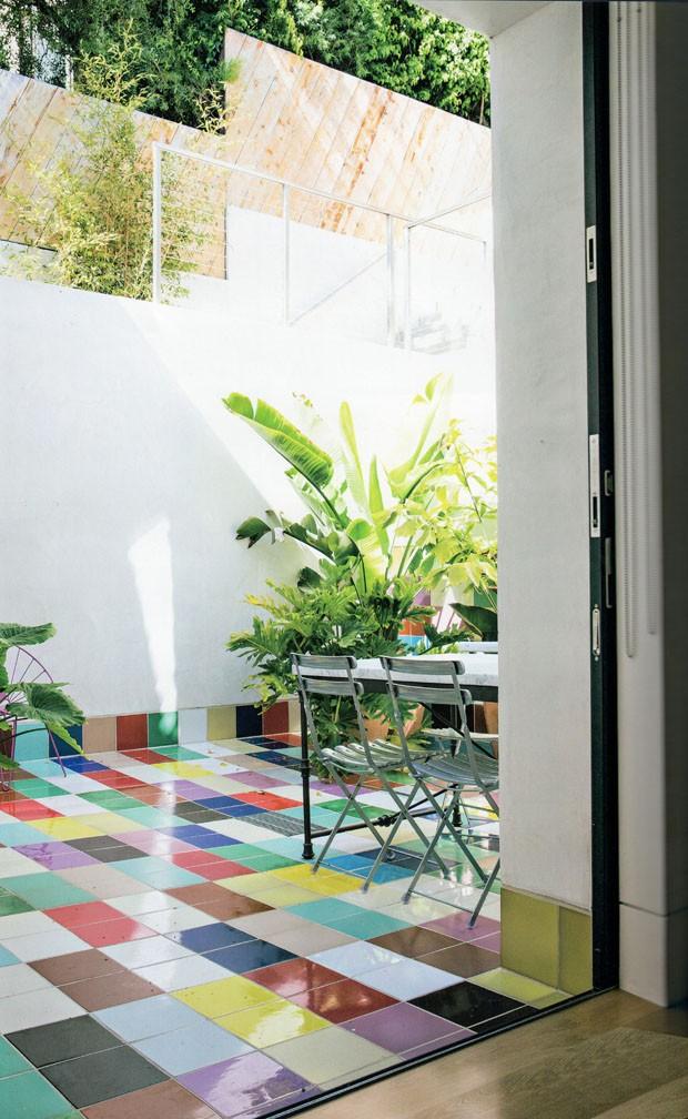 Casa na praia aposta em ambientes amplos, muitas janelas e ladrilhos coloridos (Foto: divulgação)