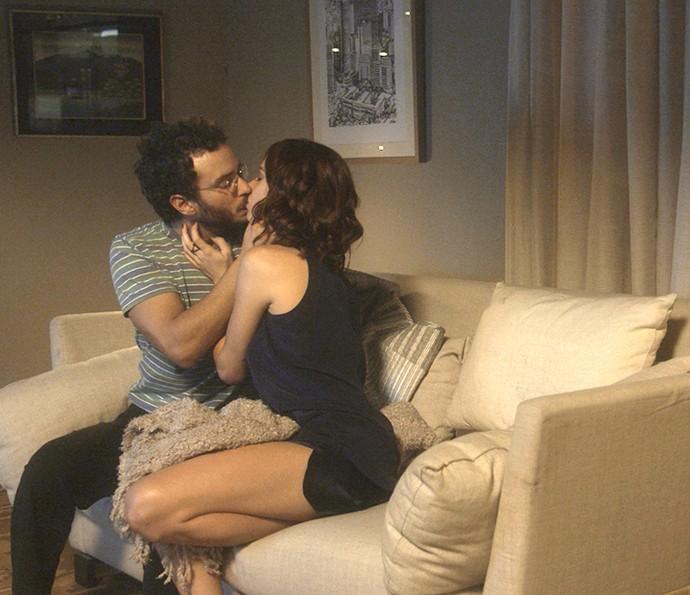 Elio e Ana Luiza se beijam pela primeira vez (Foto: TV Globo)