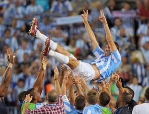 Nistelrooy sendo levantado pelos jogadores do Malaga (Foto: Jorge Guerreiro / Agência AFP)