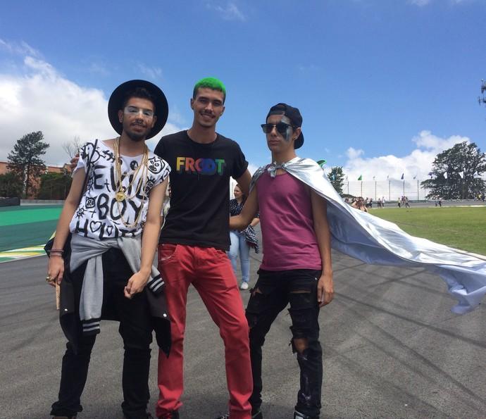 Amigos de São Paulo usam capa, cores fortes e pinturas no Lollapalooza (Foto: Aline Nunes/Gshow)