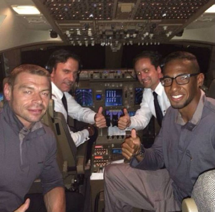 Boateng posa com a tripulação do voo (Foto: Reprodução)