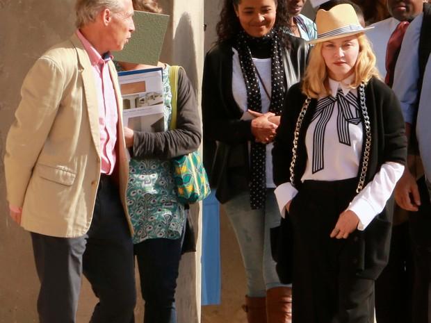 Cantora Madonna visita a construção de hospital financiado por sua fundação no Malauí, neste domingo (10) (Foto: ELDSON CHAGARA/AFP)