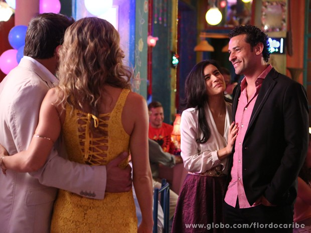 Cristal faz questão de apresentar Fred para Ester e Cassiano (Foto: Flor do Caribe/TV Globo)